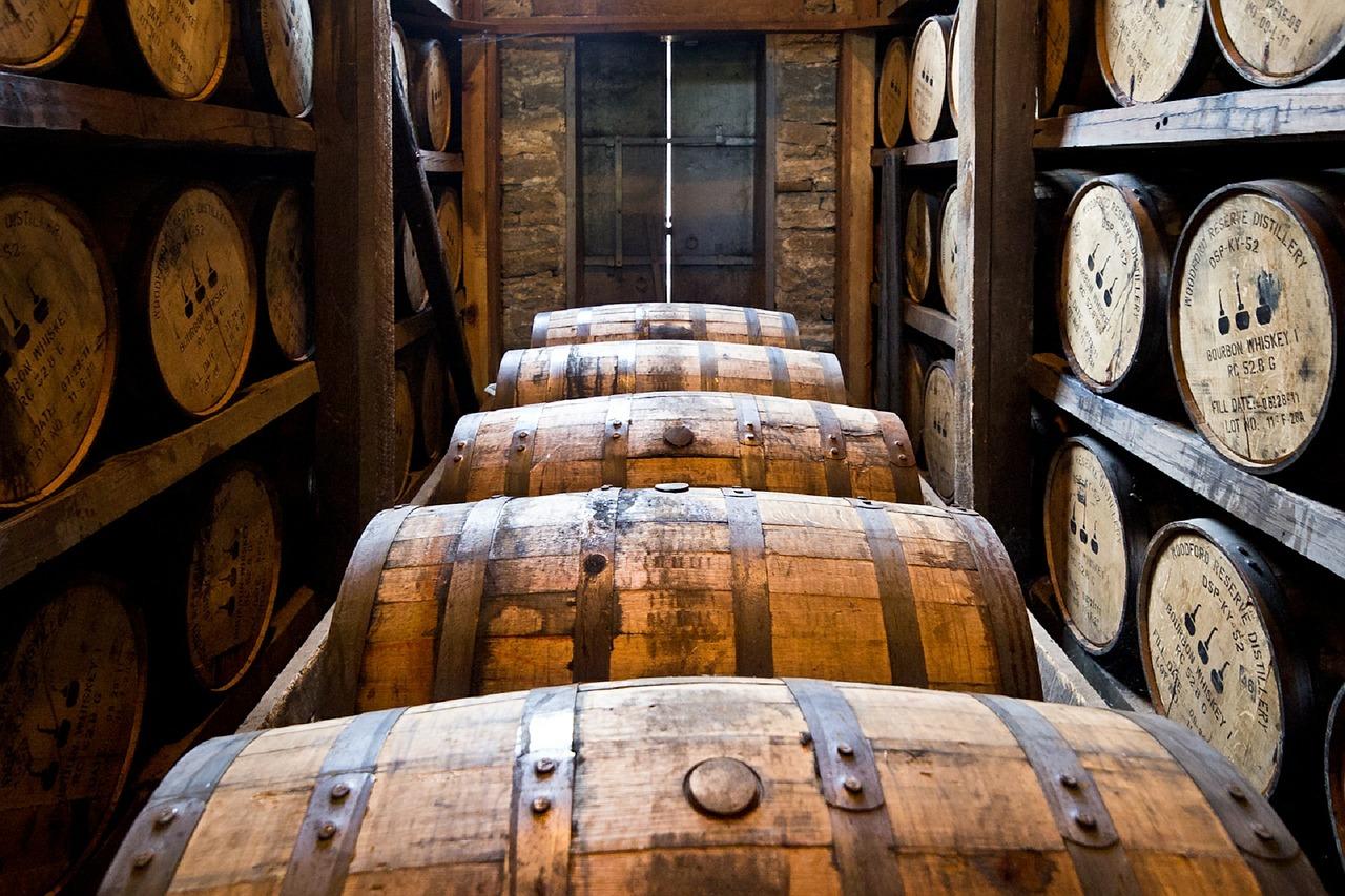 beczki, bourbon, alkohol, drogi alkohol,