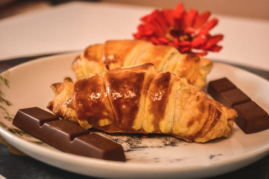 croissanty, croissanty z czekoladkami kinder