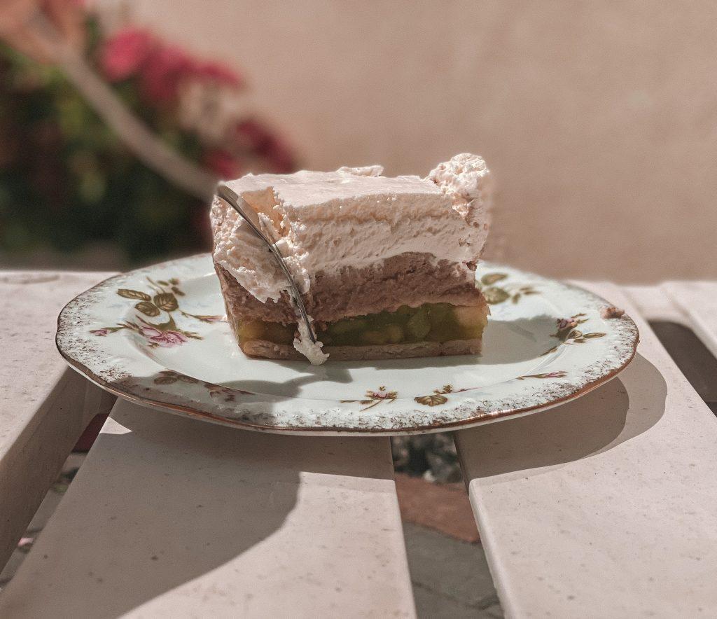 Ciasta bez pieczenia - śmietanowiec z galaretką
